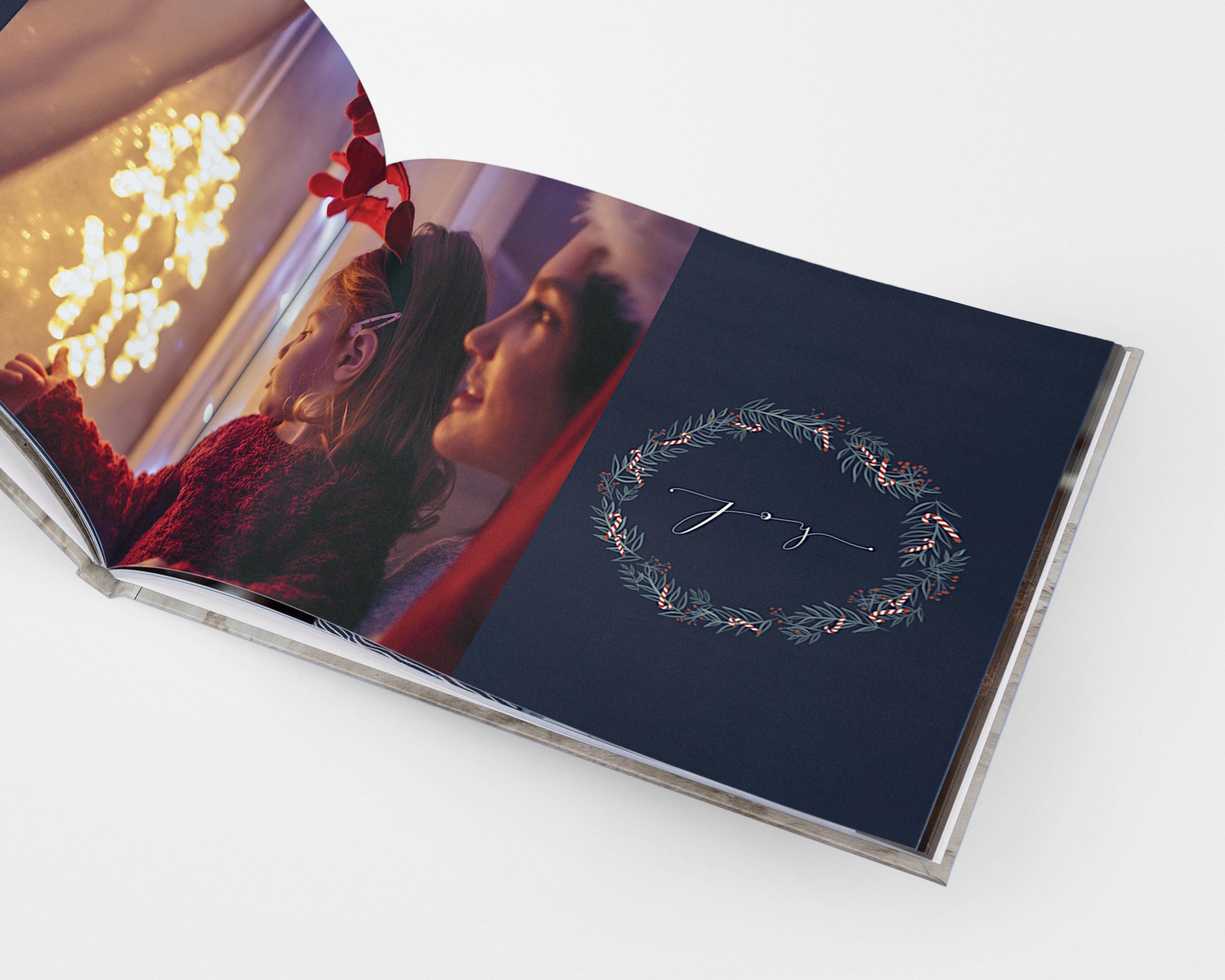 Een fotoboek met feestelijke (kerst)illustraties en een foto van een moeder en dochter die naar kerstlichtjes kijken